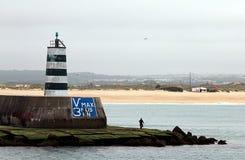 Faro viejo del embarcadero en Fortaleza de Peniche, Portugal fotos de archivo