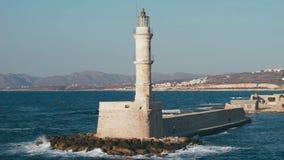 Faro viejo del puerto de Grecia, Creta - de Chania almacen de metraje de vídeo