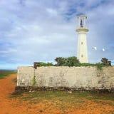 Faro viejo en el océano Fotos de archivo libres de regalías