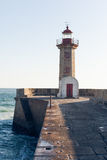 Faro viejo hermoso cerca del océano en un día soleado Fotos de archivo