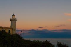 Faro in visto in al crepuscolo con il cielo pacifico cloody Fotografia Stock