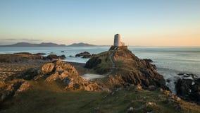Faro vittoriano dell'isola di Llanddwyn alla luce calda di tramonto video d archivio