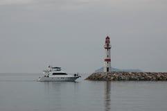 Faro y barco. Foto de archivo libre de regalías