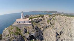 Faro y Cala Rajada en el fondo - vuelo aéreo, Mallorca almacen de metraje de vídeo