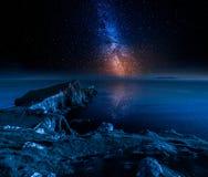Faro y estrellas del punto de Neist en la isla de Skye, Escocia Fotografía de archivo