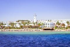 Faro y hotel en la playa, Sinaí, Mar Rojo, Sharm el Sheikh, Egipto Foto de archivo libre de regalías