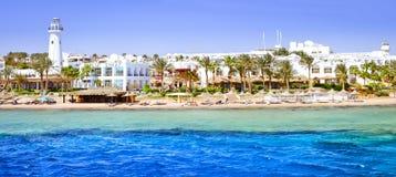 Faro y hotel en la playa, Sinaí, Mar Rojo, Sharm el Sheikh, Egipto Imagen de archivo libre de regalías