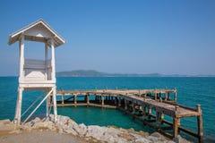 Faro y puente de madera Foto de archivo