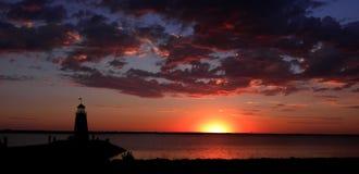 Faro y puesta del sol del lago Fotografía de archivo