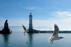 Faro y una estatua del león en la entrada al puerto de Lindau, Alemania fotografía de archivo libre de regalías