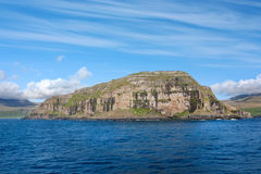 Faroe Island kustlinje från havet Royaltyfria Bilder