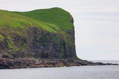 Faroe Island med havet och klippor i sommar arkivfoton