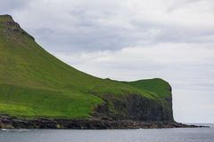Faroe Island med havet och klippor i sommar royaltyfri foto