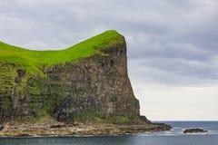 Faroe Island med havet och klippor i sommar royaltyfria bilder