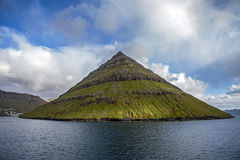 Faroe Island norrAtlanten nära Klaksvik3 Arkivfoton
