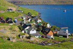 Faroe Island, vila remota colorida no mar Imagem de Stock