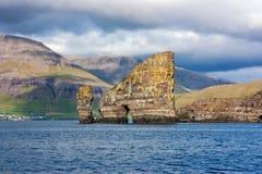 Faroe naturlig rockbåge till och med en havsbunt Arkivfoton