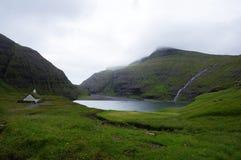 Faroe wysp, Saksun kościół, i zatoka obraz stock