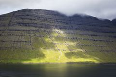 Faroe Wyspy Wysokie góry i głębocy fjords Fotografia Stock