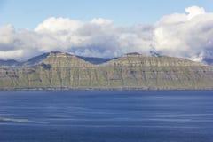 Faroe Wyspy Wysokie góry i głębocy fjords Zdjęcie Royalty Free