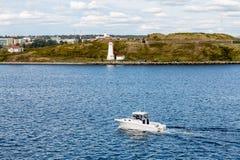 Farol branco de Halifax do passado branco do iate Imagens de Stock