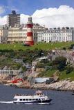 Farol com o barco em Plymouth, Reino Unido fotografia de stock royalty free