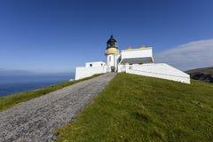 Farol contra o céu azul, farol da cabeça de Stoer, Escócia fotos de stock royalty free