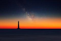 Farol contra o céu noturno fotos de stock royalty free