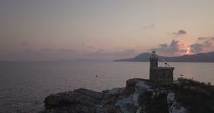 Farol Dawn Aerial View da rocha do mar Mediterrâneo filme