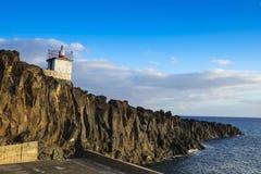 Farol de Camara de罗伯斯,在马德拉岛海岛上的小灯塔 库存图片