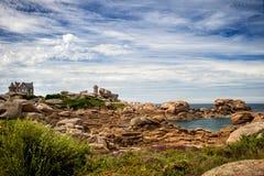 Farol de Ruz do meio do ` h de Ploumanac entre as rochas na costa cor-de-rosa do granito, Perros Guirec, Brittany, França fotos de stock royalty free
