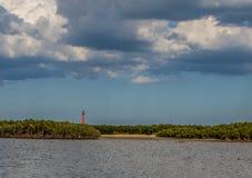 Farol de St Augustine sob algumas nuvens quebradas com o céu do cinza azul no fundo fotos de stock
