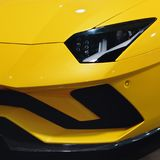 Farol de um carro desportivo amarelo moderno As luzes dianteiras do carro Detalhes modernos do exterior do carro fotografia de stock royalty free