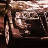 Farol de um carro moderno As luzes dianteiras do carro Detalhes modernos do exterior do carro imagem de stock royalty free