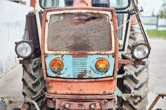 Farol de um trator velho em um fim da exploração agrícola do cavalo acima foto de stock royalty free