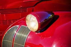 Farol do carro do vintage e ascendente próximo do para-choque Imagens de Stock Royalty Free