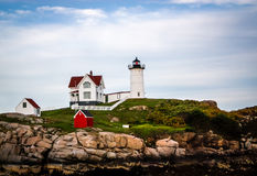 Farol do Nubble em York, Maine sob um céu azul do verão Foto de Stock Royalty Free