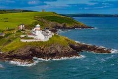 Farol do ponto de Roche, opinião Cork Ireland do mar imagens de stock