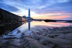 Farol e areia do St Mary Foto de Stock