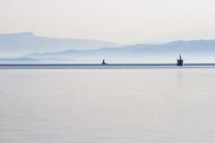 Farol e barco de pesca Fotografia de Stock Royalty Free