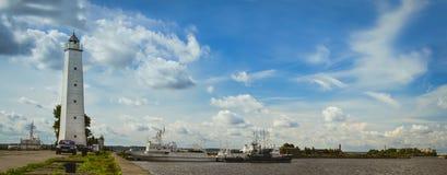 Farol e navios ancorados em Kronstadt Fotos de Stock Royalty Free