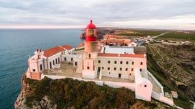 Farol e penhascos da vista aérea no cabo St Vincent no por do sol ` S de Europa a maioria de ponto do sudoeste, Sagres, o Algarve imagem de stock