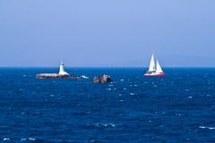 Farol e sailboat Imagens de Stock