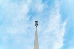 Farol eléctrico en la calle con el cielo azul Foto de archivo libre de regalías