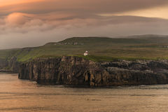 Farol em Faroe Island bonitos, horas de verão Foto de Stock Royalty Free