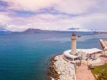 Farol em Patras Foto aérea do zangão da cidade famosa e porto de Patras, Peloponnese, Grécia imagens de stock royalty free