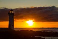 Farol feericamente portuário, nascer do sol vermelho de incandescência de VIC Fotografia de Stock