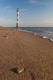 Farol inclinado de Kiipsaare da opinião da superfície da praia imagens de stock