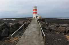 Farol islandês pelo mar Imagens de Stock