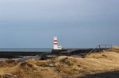 Farol islandês pelo mar Foto de Stock Royalty Free